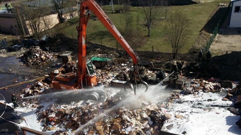 Maardus ohustas põleng keemiavabrikut, Laagris põlesid laudad