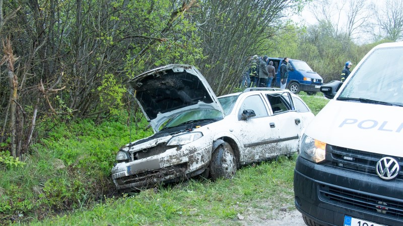 GALERII | Saaremaal sõitis auto teelt välja, kolm inimest sai viga