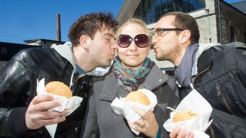 GALERII | Linnarahvale jagati tasuta 2000 burgerit