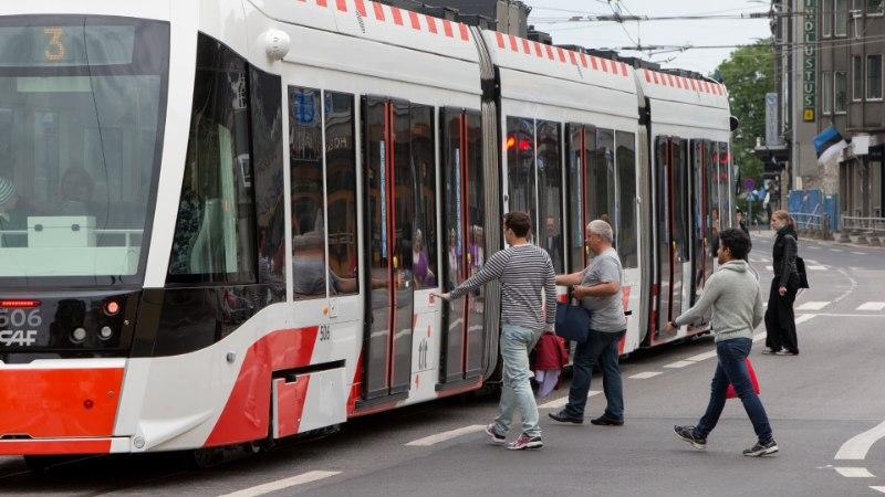 ÕHTULEHE VIDEO | Juulist seiskuv trammiliiklus valmistab inimestele ebamugavusi