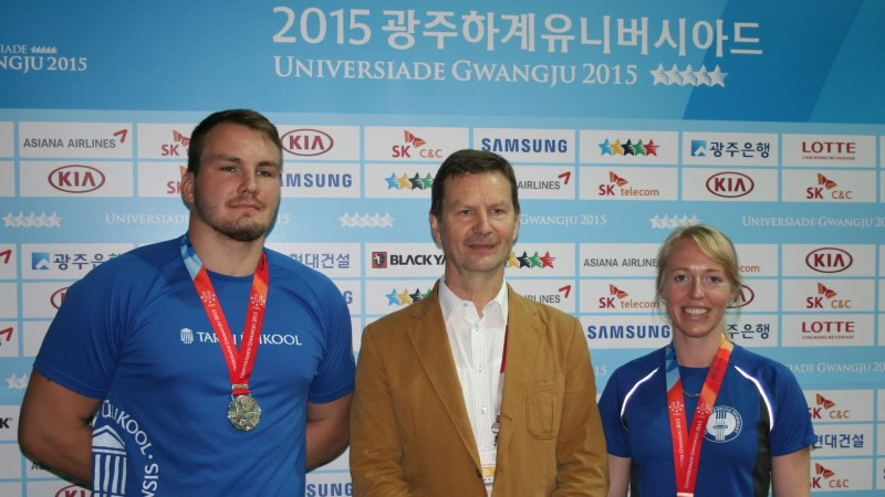FOTO   TÜ rektor kohtus Lõuna-Koreas kahe medalivõitjast tudengiga
