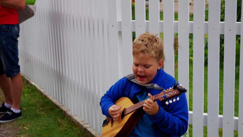 """Kümneaastane poiss tänavamuusikuna Viru Folgil: """"Kuue lauluga saab hakkama küll!"""""""