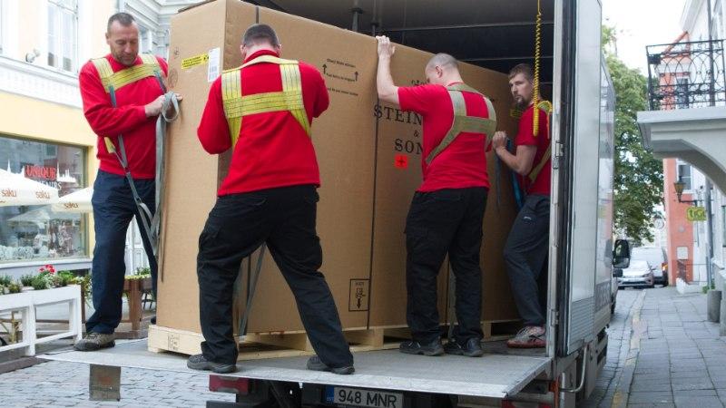 VAATA PILTE! Mustpeade majja saabus 158 000-eurone Steinway tippklaver