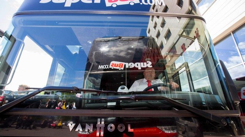 Punased superbussid hakkavad sõitma Tallinnast Pärnu kaudu Riiga