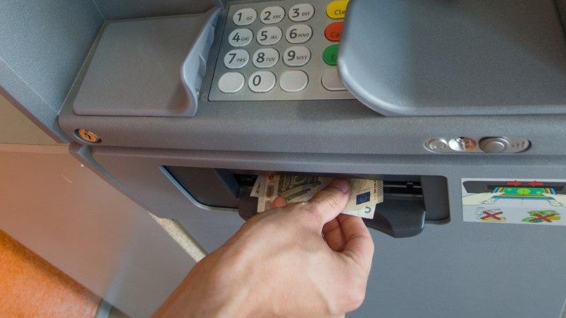 Pangaautomaadi juures seisnud mees nõudis neiult raha