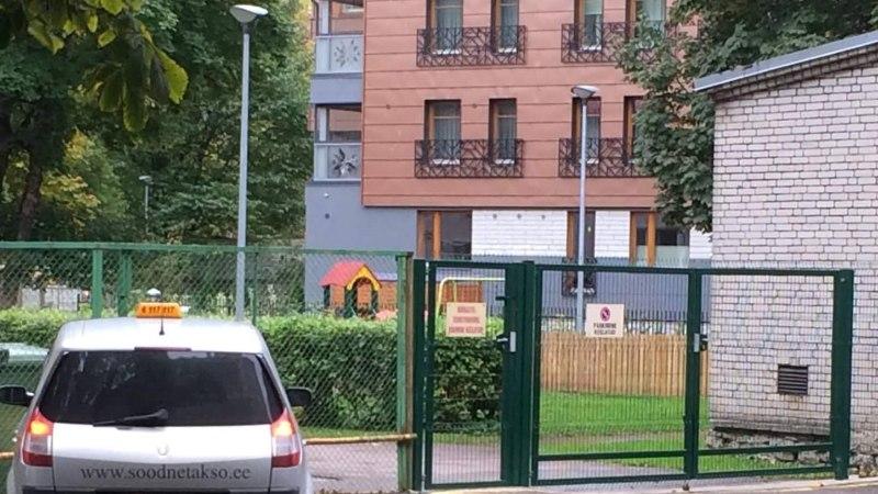 Taksojuht süstis end lasteaia värava ees