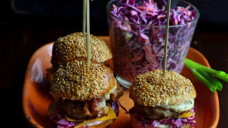 Miniburgerid kalkuni ja punase kapsa salatiga