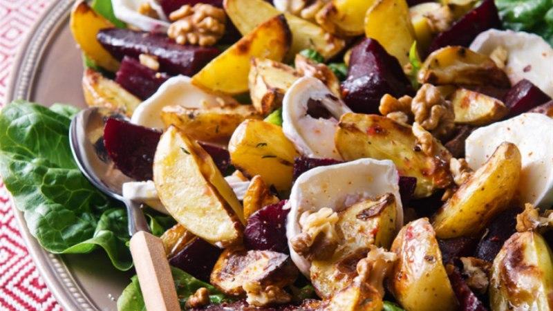 Soe peedi-kartulisalat vaarikaäädika, pähklite ja kitsejuustuga