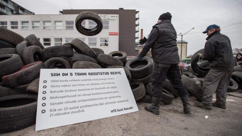 Rehviliidu mõõt sai täis – viis tonni vanu rehve kallati ministeeriumi hoovi