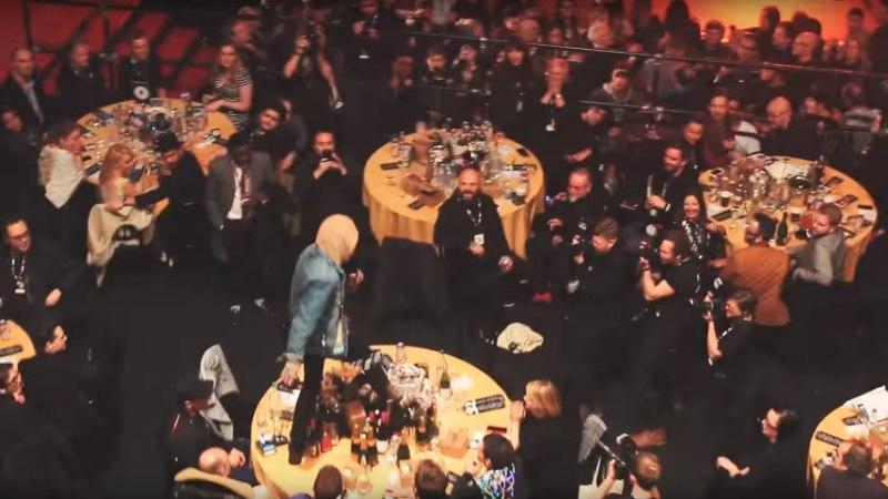 VIDEO | LÄBU! Rivaal trampis galaõhtul Coldplay laua segamini
