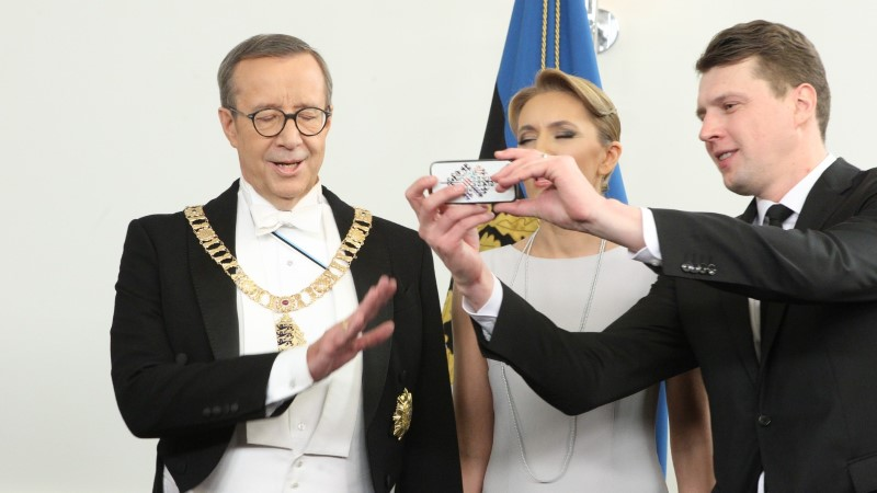 FOTOD | VÄIKE SELFIE? Presidendipaar poseeris koos peokülaliste ja kokkadega