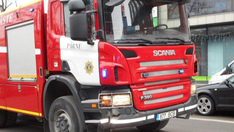 FOTOD | Pärnus põrkas tulekahjule sõitnud päästeauto kokku sõiduautoga