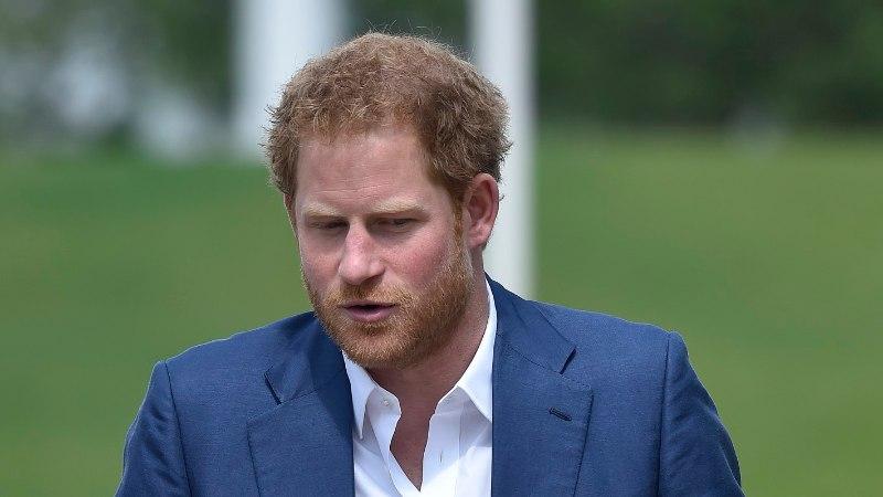Prints Harry palus Eesti kaitseväelaselt rallisõidus küüti