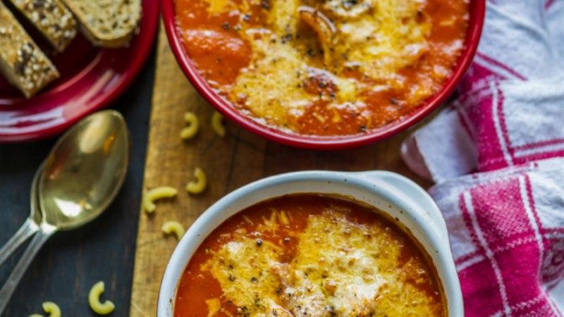 Ahjus üleküpsetatud tomatisupp suitsukana ja juustuga