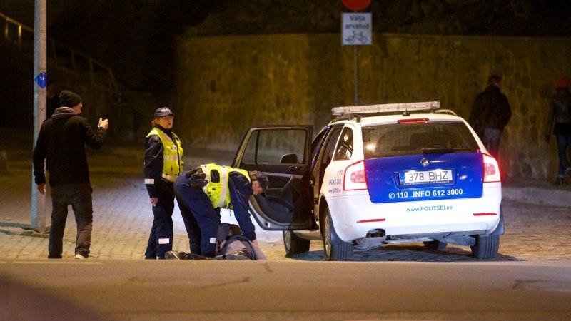 KRIMINAALSE LÕPUGA PIDU PÕLVAMAAL: kutsumata külaline kahjustas autosid, kohale tulnud politseinike rünnati