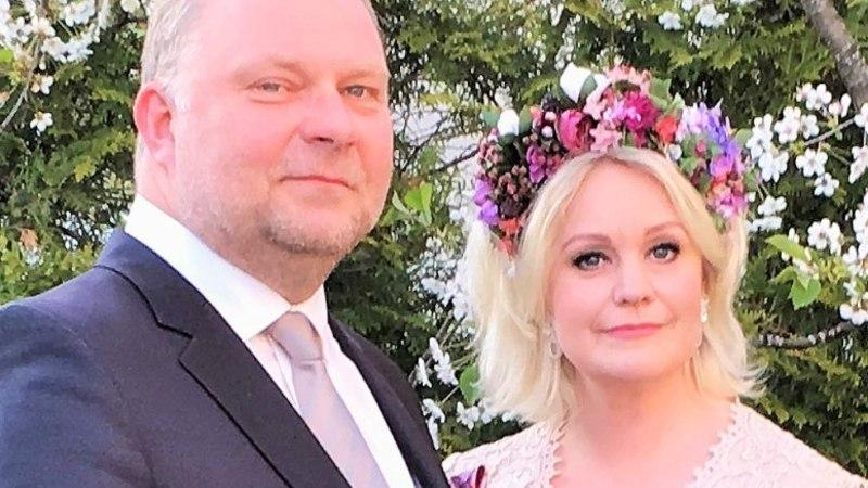 ASTUSID ABIELLU: Pärast 20aastast kooselu otsustasid Karmel ja Rait pereringis abielu sõlmida. Karmel räägib, et see on hea võimalus näidata lastele traditsioonide järgimisel eeskuju.