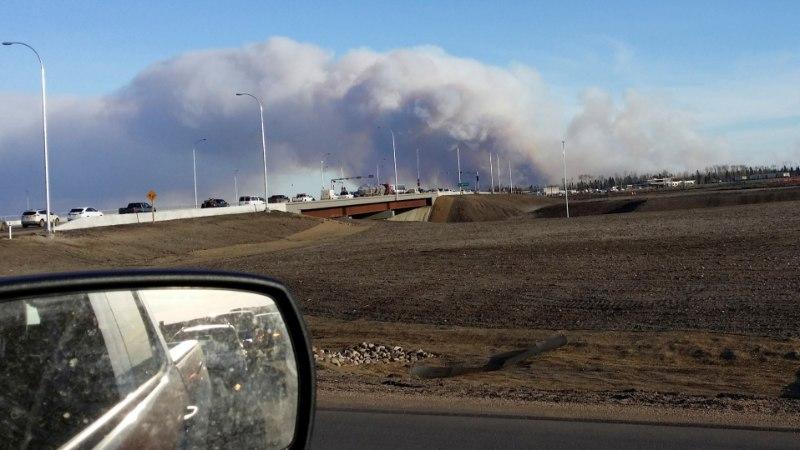 FOTOD   Kanada naftatöötluskeskuse 60 000 elanikku põgenevad metsatulekahju eest