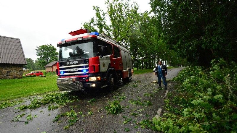 FOTOD   Tormituul rapib Viljandimaal puid