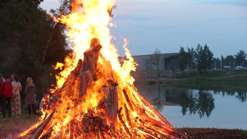 GALERII | Raadi mõisapargi jaanituli süttis tuleloitsu saatel
