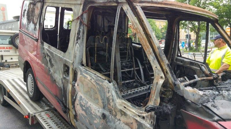GALERII   Pärnu maantee ja Liivalaia tänava ristmikul lahvatas auto põlema