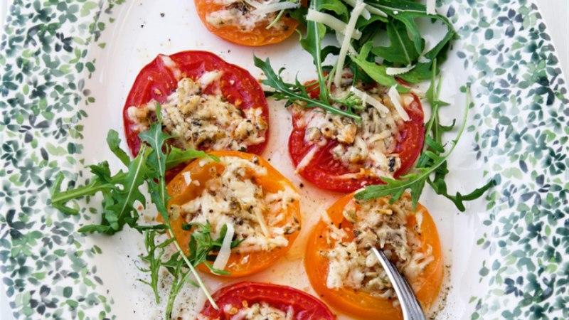 Ürtide ja juustuga röstitud tomatid