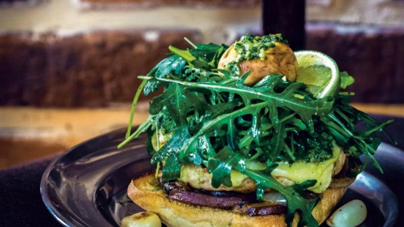 Laimine kanaburger seente ja rukola-basiilikupestoga