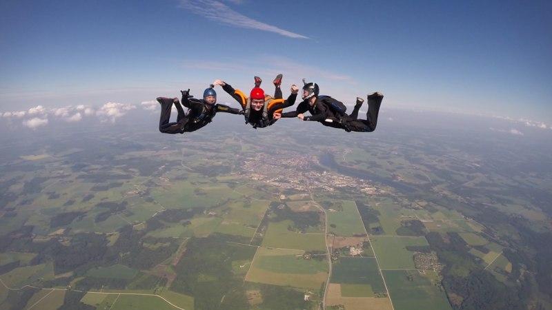 FOTO: Laulja Mikk Mäe sooritas elu esimese langevarjuhüppe!