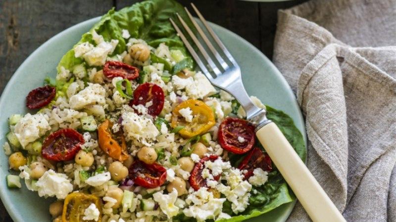 Pruuni riisi salat fetajuustu, ahjutomatite ja kikerhernestega