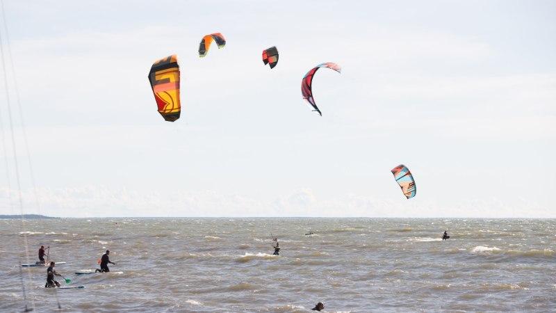 GALERII | Surfilaagris hullavad surfarid tugevat tuult trotsides lainetes