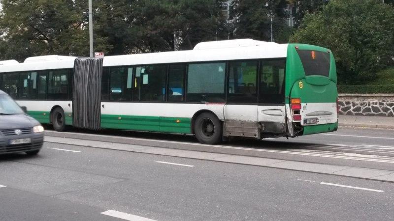 FOTOD JA VIDEO   Viru peatuses sai buss trammilt löögi, liiklus on häiritud