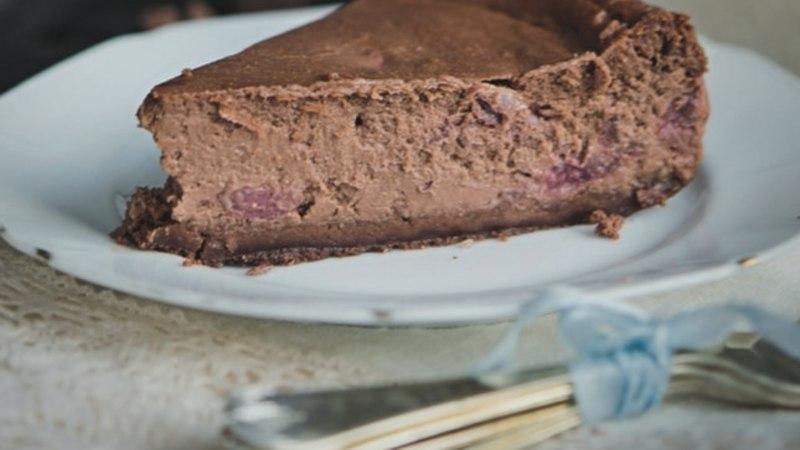 NÄDALAVAHETUSEKS: tummine šokolaadi-toorjuustukook kirssidega