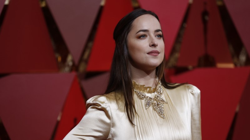 MEESTEMAGNET: Dakota Johnson kudrutas Coldplay lauljaga