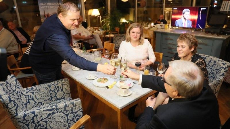 GALERII   Savisaare Valimisliit ja Tegus Tallinn ootavad valimistulemusi ohtra toidu seltsis kohvikus Komeet