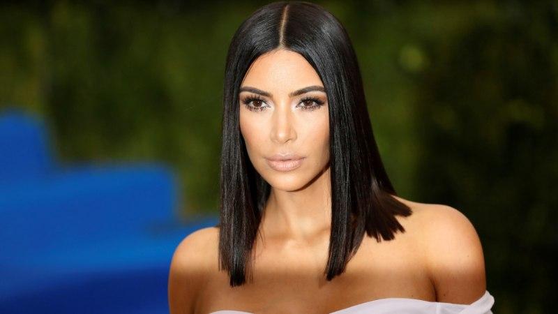 MIDA SA VARJAD: trennist tulnud Kim Kardashian peitis meikimata näo koti taha