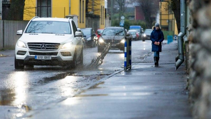 Sügis Tallinnas: autojuhid pritsivad auklikelt teedelt vihmavett majadele. Kes kannab kahjud?