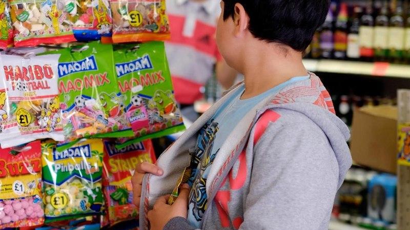MÄNGUVÄLJAKUJÕHKARDID: maski kandvad vanemad poisid sunnivad lasteaialapsi poodi vargile