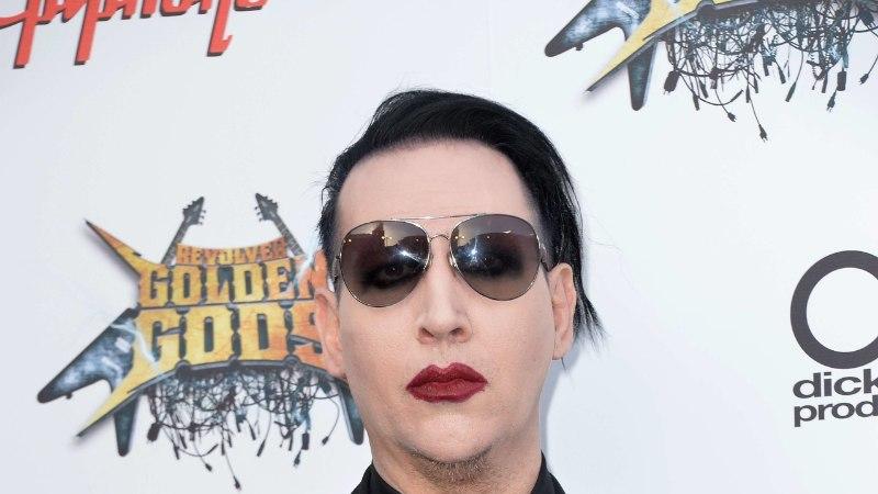 Septembris dekoratsiooni alla jäänud Marilyn Manson liigub rulaatori najal