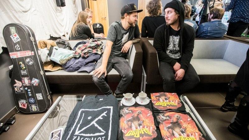 GALERII | Eesti muusikud kauplesid bändisärgilaadal fänninänniga