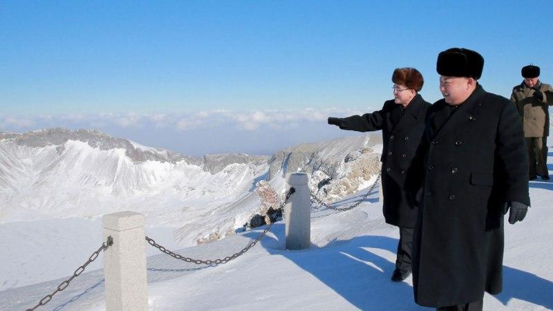 DIKTAATORI VÄGITEGU: Kim Jong-un väidab, et vallutas lumise mäetipu lakk-kingades