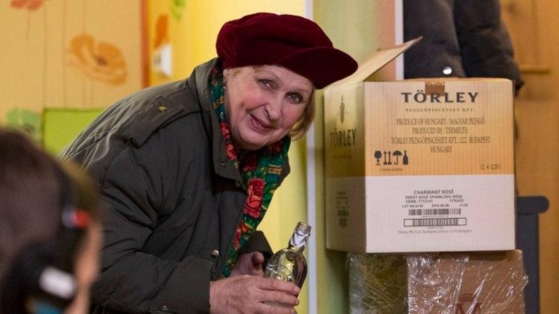 """VIDEO   """"Õnne"""" tänava seltskonnal läheb aastavahetuse erisaates lappama: laual on odav Läti viin ja korruptsioonikahtlustus"""