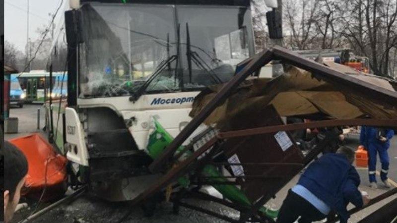 Moskvas kaotas bussijuht kontrolli sõiduki üle