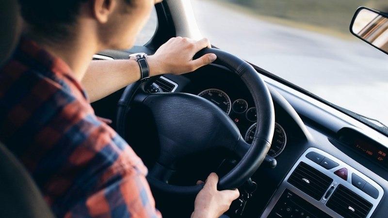 Kuidas käituda, kui auto hakkab libedaga teelt välja vajuma?