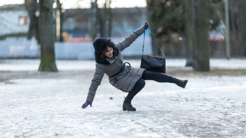 VÕIMATU LIBEDUS: kümned  inimesed murdsid Tallinna tänavatel hommikusel jääl käsi-jalgu