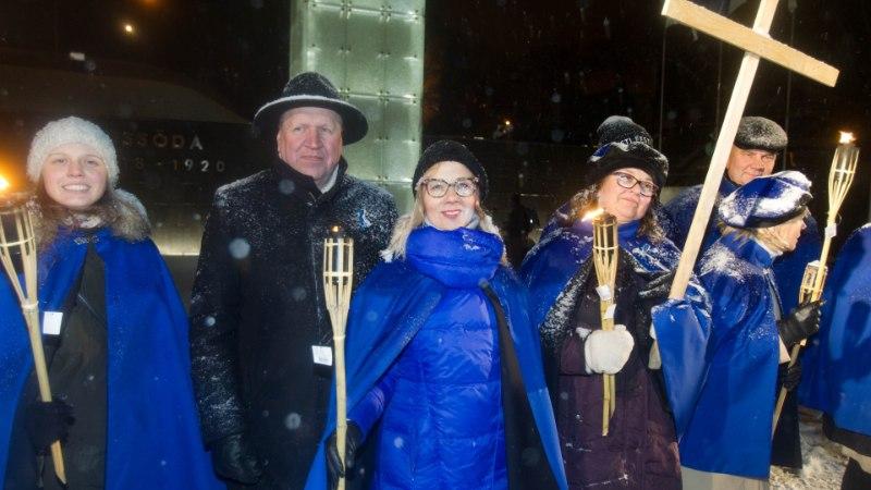 GALERII | Teistmoodi aastapäev! Pingviinide paraadi ajal korraldati vanalinnas tõrvikurongkäik