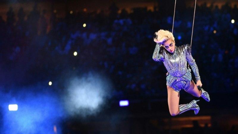 Lady Gaga hüppas Super Bowlil staadioni katuselt alla