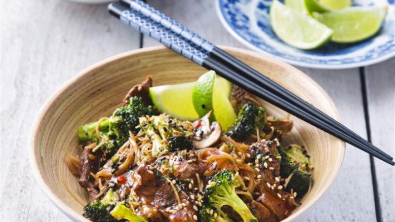 Riisinuudlid veiseliha ja brokoliga