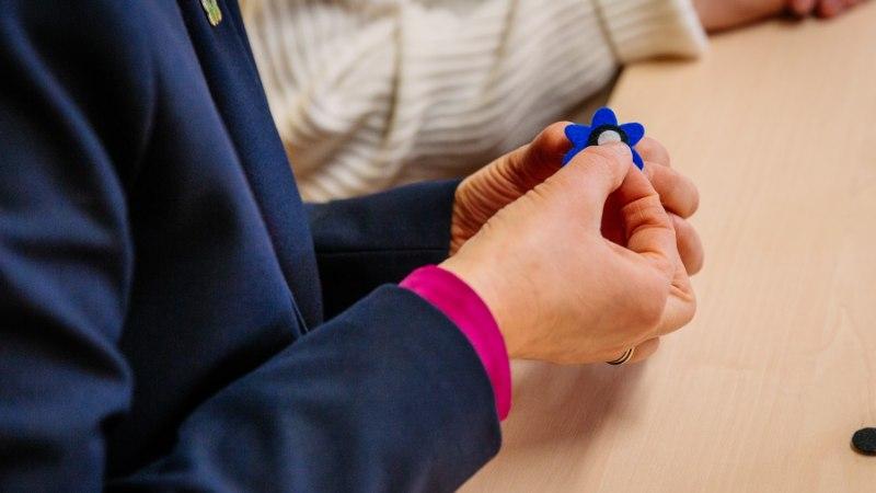 FOTOUUDIS  President Kaljulaidvalmistas sinilille rinnamärgi