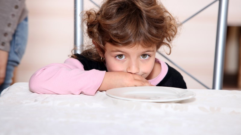 SÜDAMLIK LAPS: väike tüdruk ei lasknud politseinikul üksi süüa