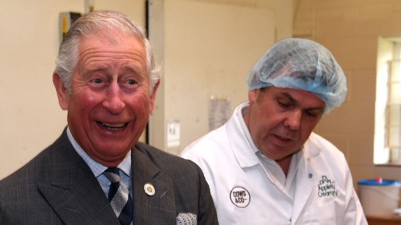 Raamat: prints Charles reisib koos isikliku prill-lauaga!