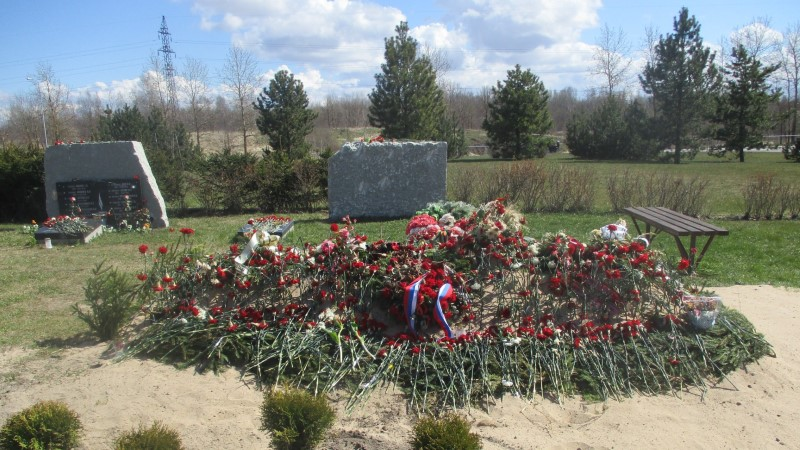 Ei mahtunud hauda: sõjaohvrite säilmed jäeti Maardu kalmistul ümbermatmisel maapinnale